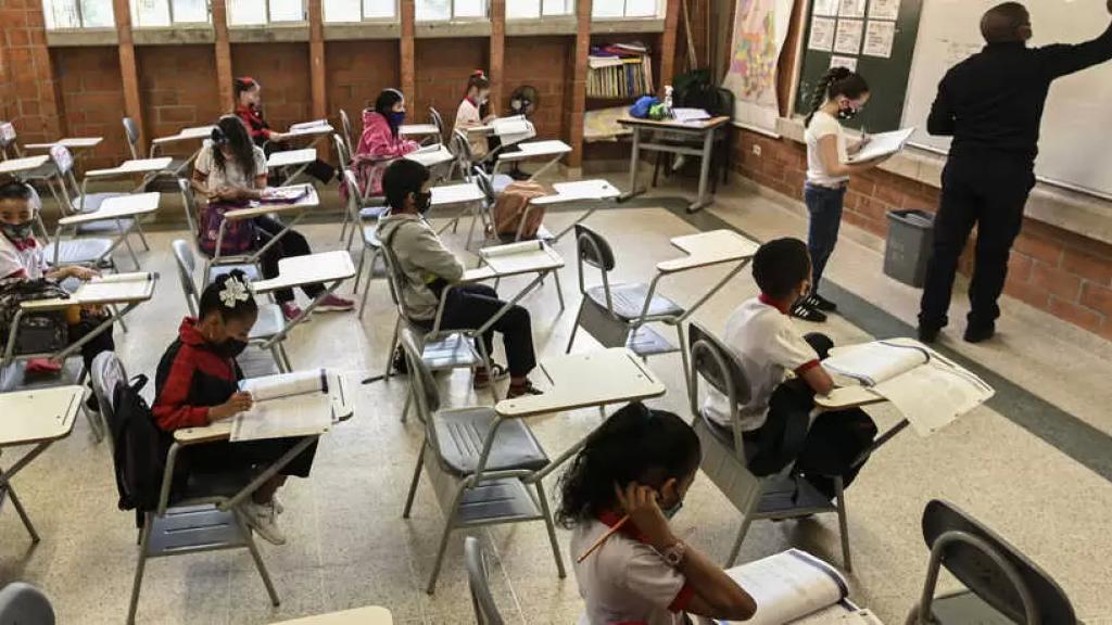 """""""نتيجة عام مجنون"""".. خبراء يحذرون من خطر ارتفاع معدلات السمنة والإكتئاب بين التلاميذ بسبب الدراسة من المنزل"""