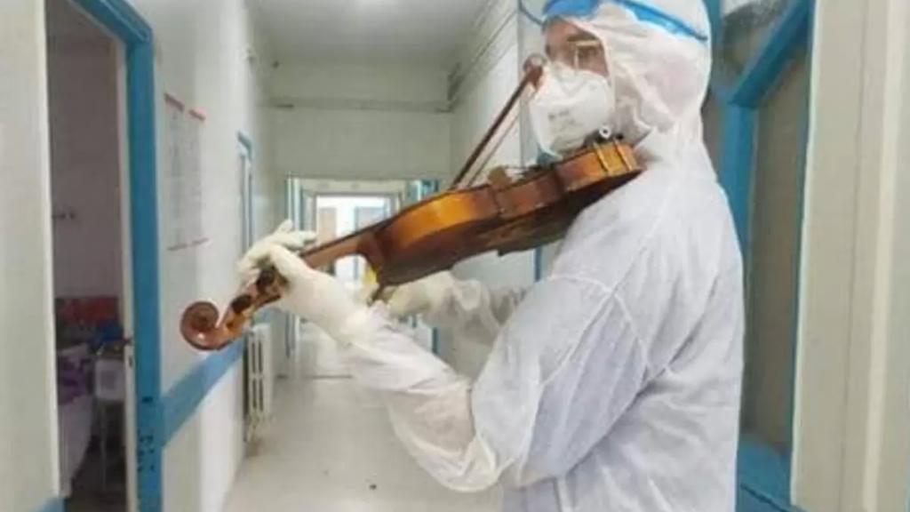 """بالفيديو/ طبيب تونسي يعزف على الكمان للمرضى المعزولين في المستشفى في عيد الحب: """"الموسيقى لغة تتخطى حدود المسافة التي فرضها الفيروس اللعين"""""""