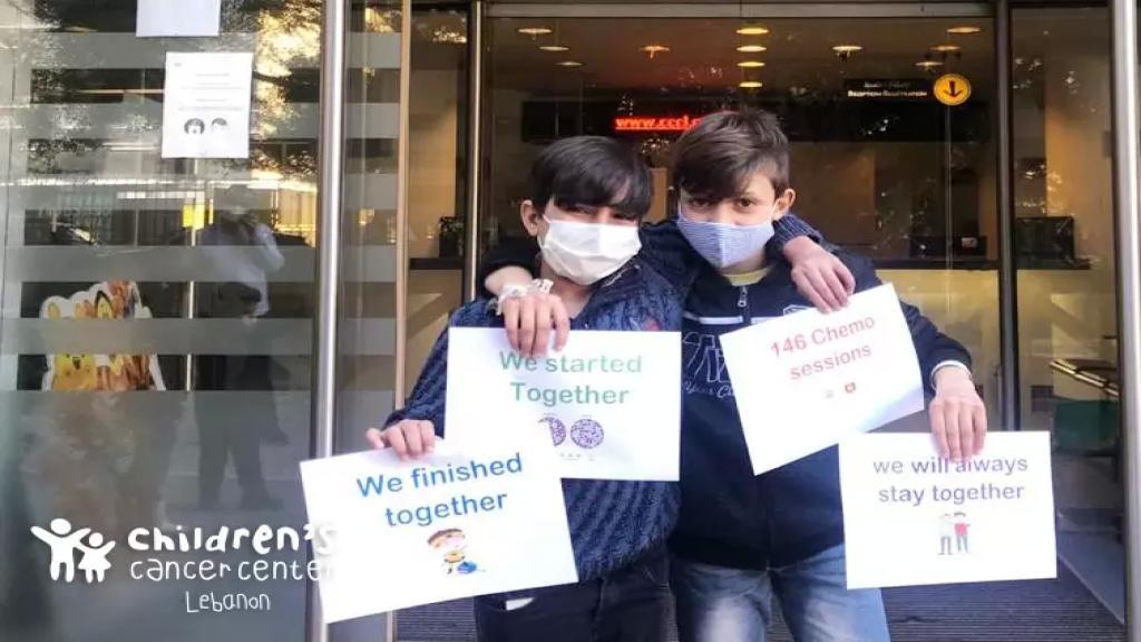 """أحمد وعمر ابتدءا مشوارهما مع سرطان الدم سوياً واليوم وبعد 3 سنوات أنهوا آخر جلسة علاج كيميائي: """"بكيوا وتضحّكوا وتوجّعوا وحاربوا السرطان سوا"""""""