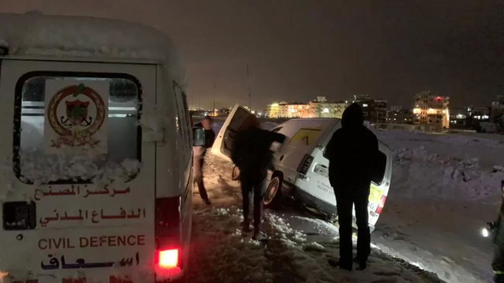 الدفاع المدني ينقذ مواطنَين ويسحب سيارتهما جراء انزلاقها بسبب تراكم الثلوج في مجدل عنجر