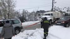 بالصور/ الدفاع المدني ينقذ مواطنين محاصرين داخل اثني عشرة سيارة بسبب تراكم الثلوج على طريق عام عنايا - مشمش