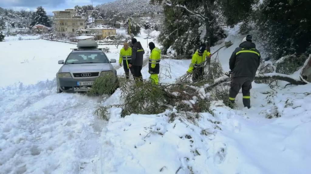 بالصور/ الدفاع المدني ينقذ مواطنين محاصرين داخل ٥ سيارات بسبب تراكم الثلوج