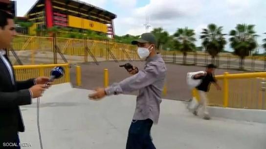 بالفيديو/ خلال بث مباشر.. لص يسرق المراسل أمام الكاميرا بقوة السلاح!