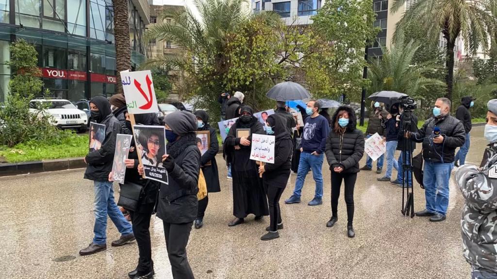 أهالي شهداء انفجار المرفأ قطعوا اوتوستراد سامي الصلح إحتجاجاً على كف يد القاضي فادي صوان عن التحقيقات