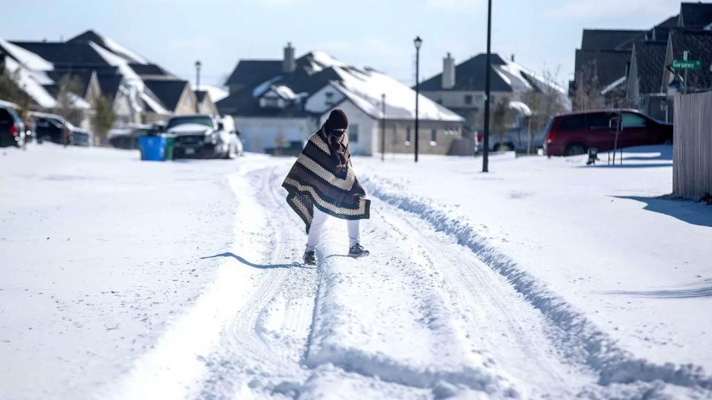 كارثة مع إزالة الثلوج من شوارع تكساس.. العثور على عشرات الجثث لأشخاص تجمدوا حتى الموت