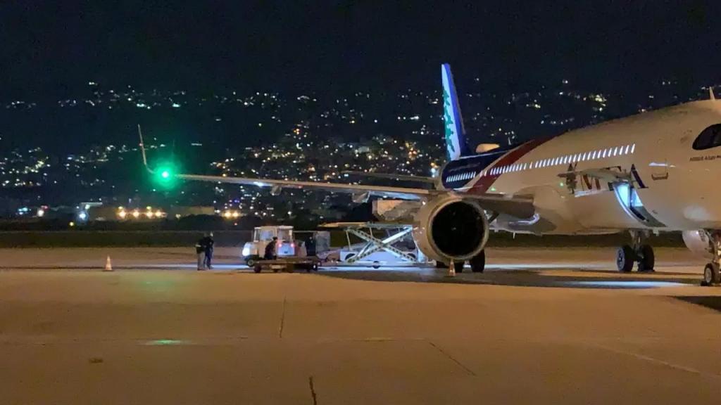 وصول طائرة محملة باجهزة طبية ومستلزماتها إلى مطار بيروت مقدمة من الجالية اللبنانية في السعودية