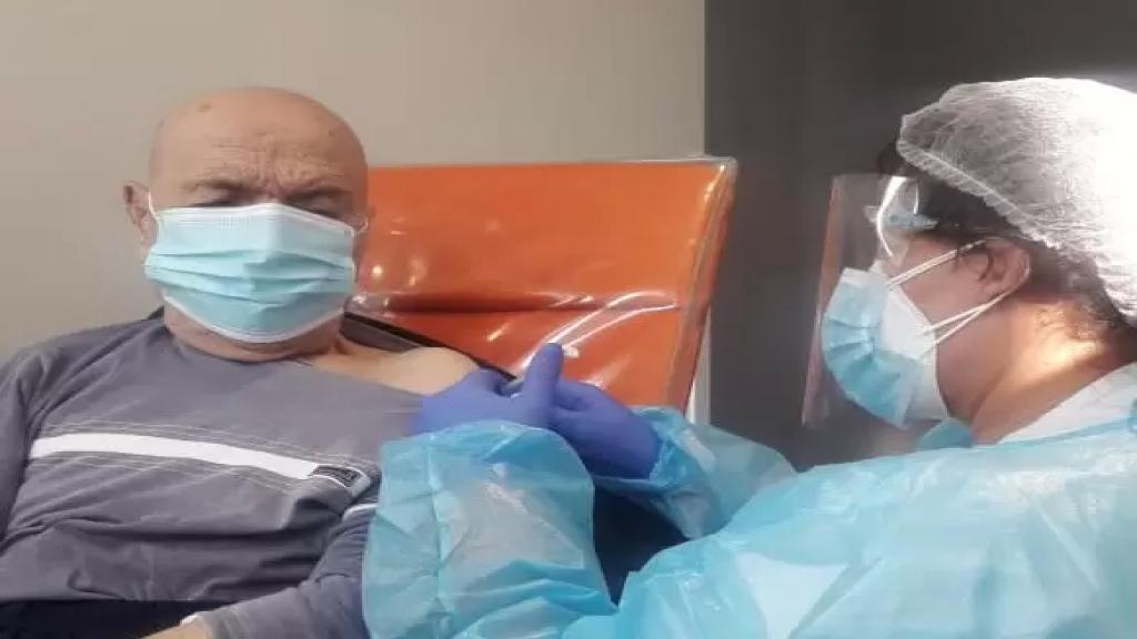 """عمره 109 سنوات...المعمر """"طانيوس طوباليان"""" تلقى اللقاح ضد كورونا في مستشفى سيدة المعونات جبيل: """"انه الخلاص الوحيد من هذا الوباء"""""""