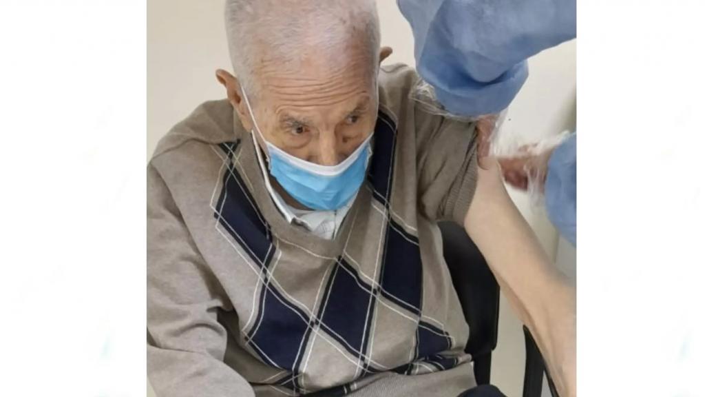 """معمر عكاري من مواليد 1910 تلقى اللقاح ضد الوباء...""""استحوذ إهتمام وإعجاب الكادر الطبي والتمريضي بحماسته لأخذ الطعم"""""""
