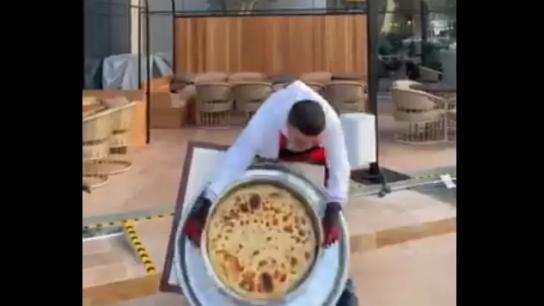 """بالفيديو/ الشيف بوراك يتعرض لموقف """"محرج""""...فشل في قلب طبق الطعام أمام الجمهور!"""