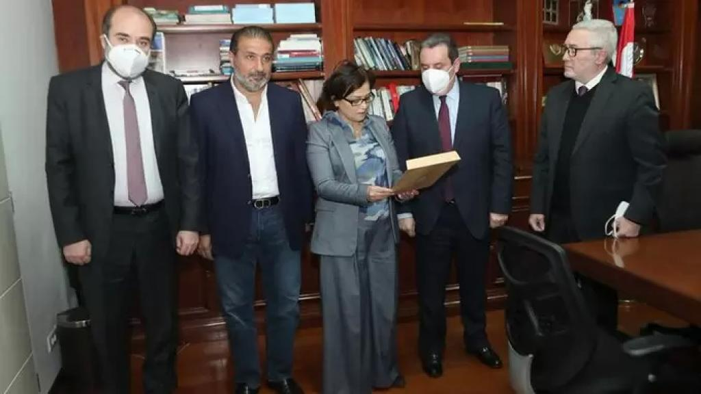 """""""القوات"""" تسلّم نائب المنسق الخاص للامم المتحدة في بيروت عريضة تطالب بتشكيل لجنة تقصي حقائق دولية في انفجار المرفأ"""