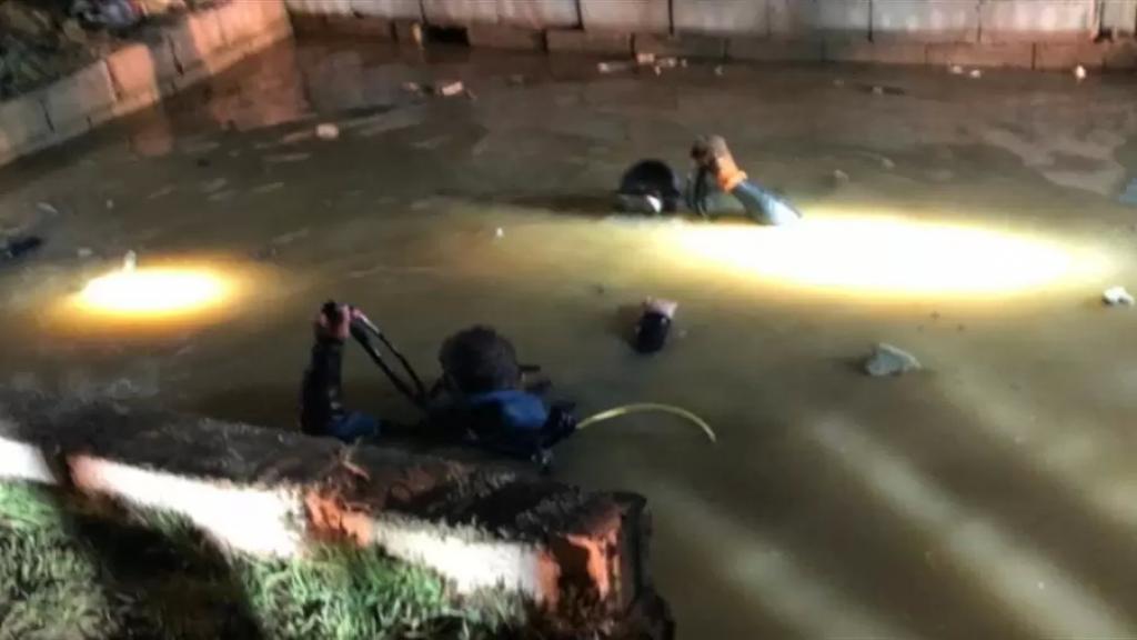 بالصور/ الدفاع المدني سحب جثة طفل عن عمق خمسة امتار داخل بركة لتجميع المياه في غزة-البقاع