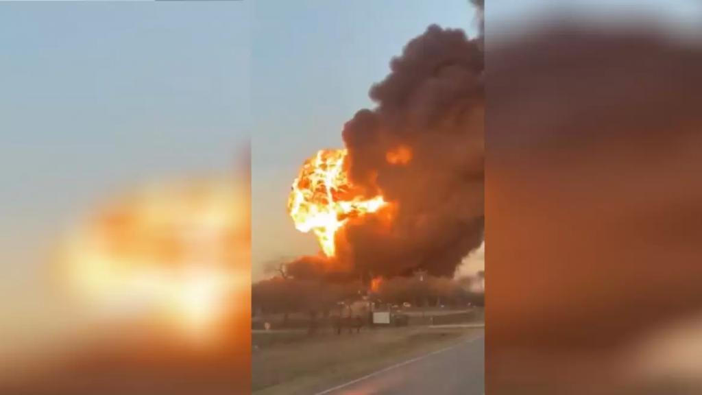 انفجار كبير وسط تكساس الأميركية في حادث اصطدام شاحنة بقطار محمل بالفحم والبنزين