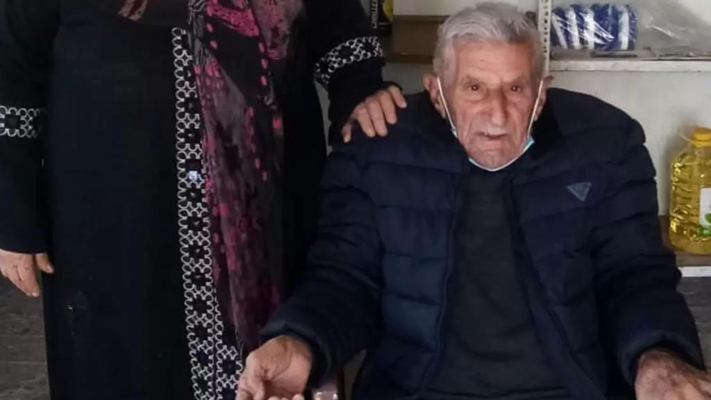 """الحاج """"أبو عباس"""" التسعيني يهزم كورونا وتعليق طريف منه: """"أني لبطت الكورونا بإجري"""""""