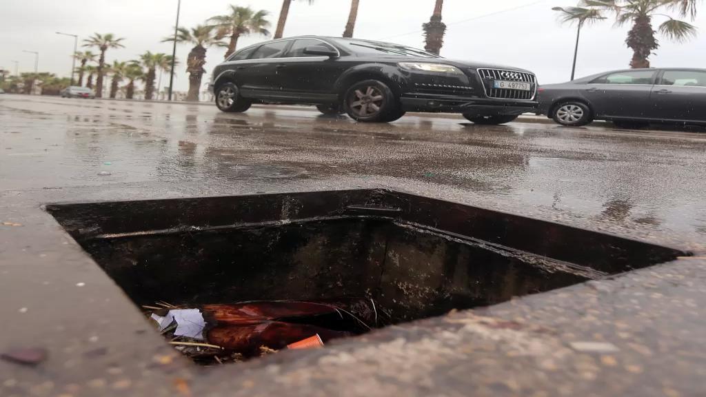 عصابات محترفة بسرقة الريغارات في لبنان..سعر الغطاء الواحد يصل إلى 100 دولار أميركي!