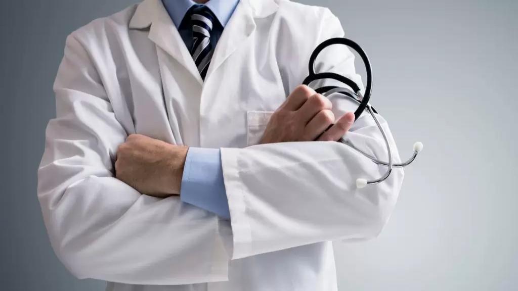 """صدمة في مصر.. """"حلاّق"""" يمارس مهنة الطب ويفتتح 4 مراكز طبية!"""