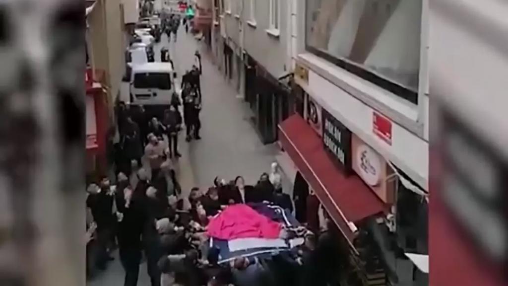 بالفيديو/ أم أنقذت أطفالها عبر رميهم للواقفين أسفل الشباك بعد اشتعال المنزل!