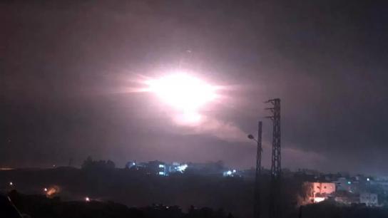 جيش الاحتلال الاسرائيلي يلقي قنابل ضوئية في أجواء المنطقة الواقعة بين بلدتي الغجر والعباسية الحدودية في القطاع الشرقي من جنوب لبنان