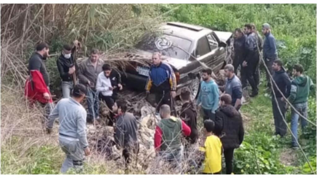 مأساة في خراج بلدة المحمرة..وفاة سيدة سورية وجرح زوجها وفقدان طفلها في مجرى نهر البارد بعدما صدمت سيارة دراجتهم النارية
