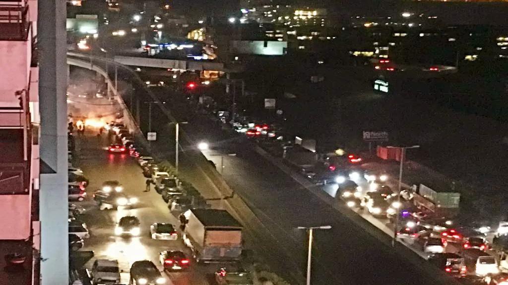 قطع طريق أدونيس الداخلية بإتجاه زوق مكايل بالإطارات المشتعلة ما تسبب بوقف حركة مرور السيارات العابرة