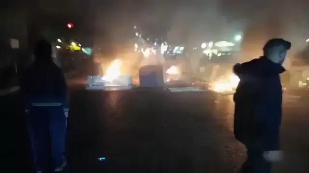 بالفيديو/ محتجون قطعوا طريق فرن الشباك