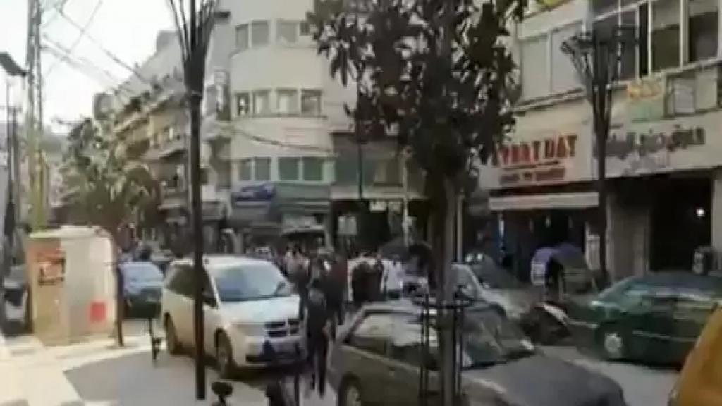 محتجون اقفلوا محال الصيرفة بالقوة في شارع رياض الصلح في صيدا