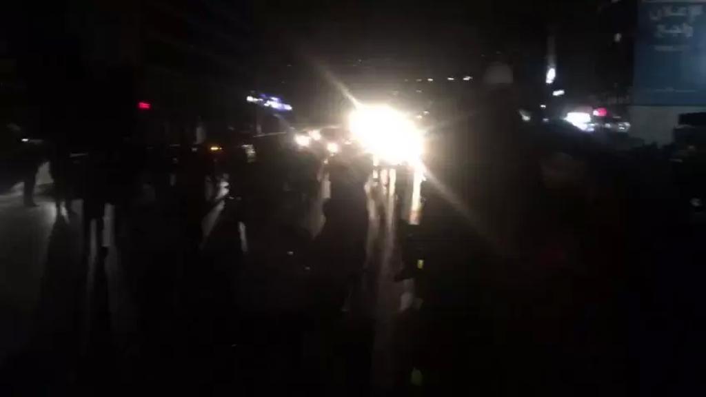 بالفيديو/ المحتجون اقفلوا مجددا اوتوستراد الدورة وتحويل السير الى الطرقات الداخلية