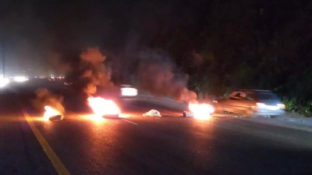 إقفال المسلك الشرقي لأوتوستراد حالات بالإطارات المشتعلة ويشهد الاوتوستراد زحمة سير خانقة