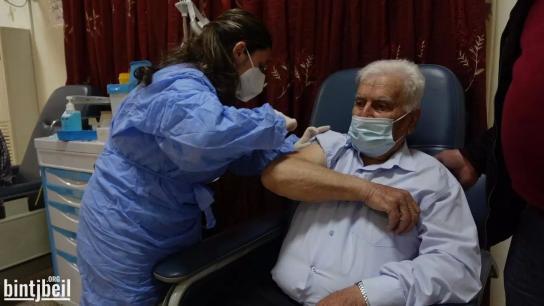 بالفيديو/ مستشفى بنت جبيل الحكومي تطلق مركز التلقيح المضاد لكورونا فيها.. وثمانيني أول المتلقين وسط إقبال كبار السن المسجلين