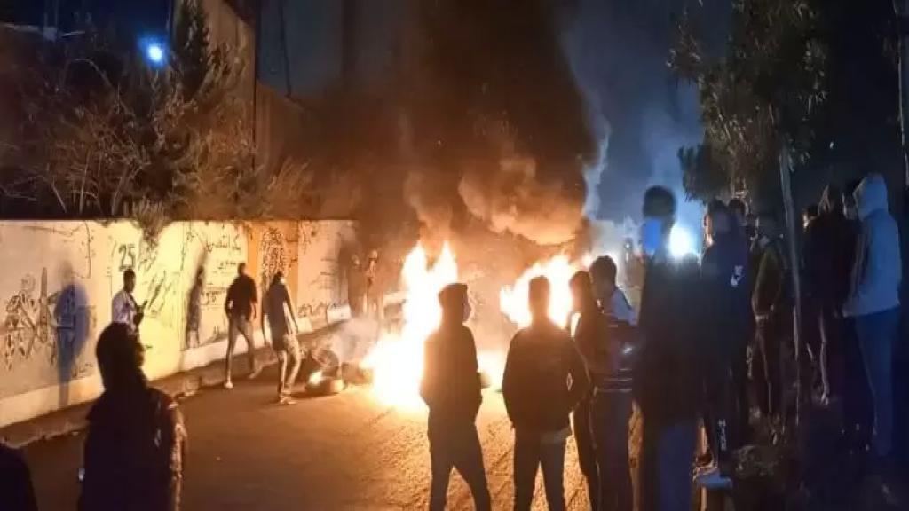 المحتجون أقفلوا دوار كفررمان بالعوائق الحديدية احتجاجا على تردي الاوضاع المعيشية