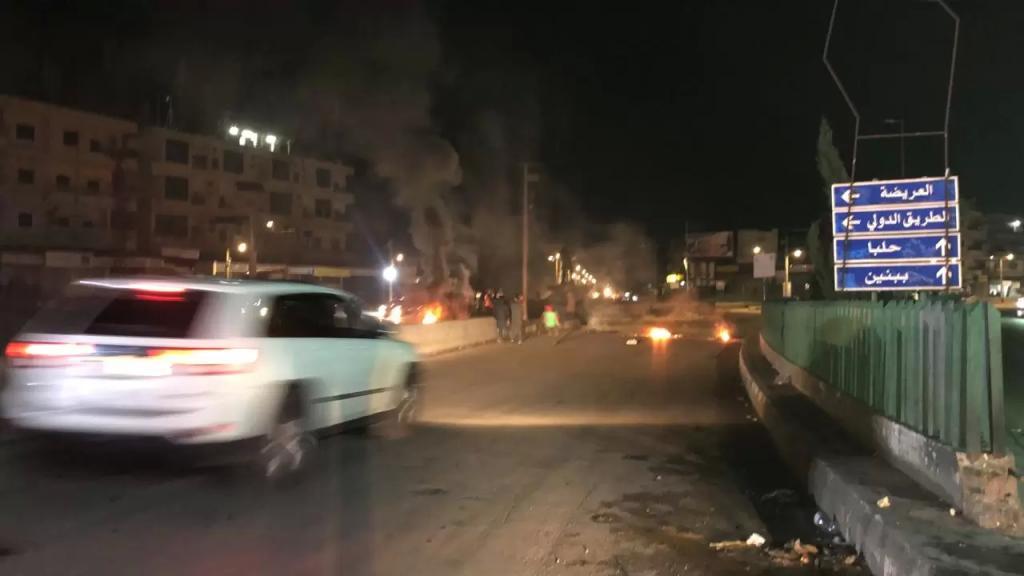 محتجون قطعوا الطريق الدولية عند مستديرة ببنين العبدة بالاطارات المشتعلة