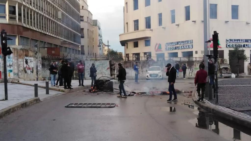 قطع الطريق عند ساحة رياض الصلح وسط بيروت من قبل عدد من المحتجين