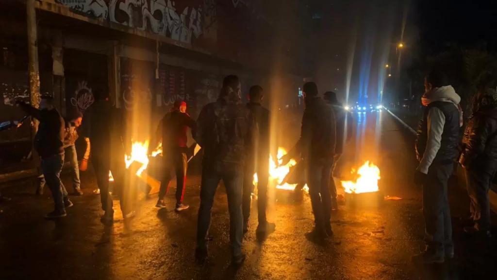 قطع الطريق أمام سرايا طرابلس بالاطارات المشتعلة ومستوعبات النفايات والحجارة احتجاجا على تفلت سعر صرف الدولار