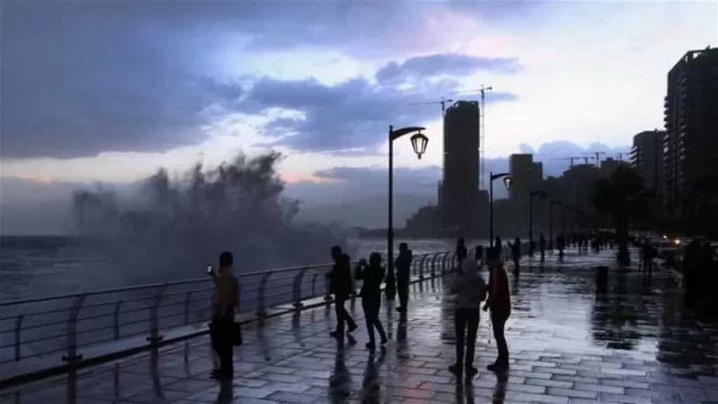 يشتد تأثير المنخفض الجوي اعتباراً من ظهر اليوم...طقس متقلب وماطر حتى مساء غد الخميس!