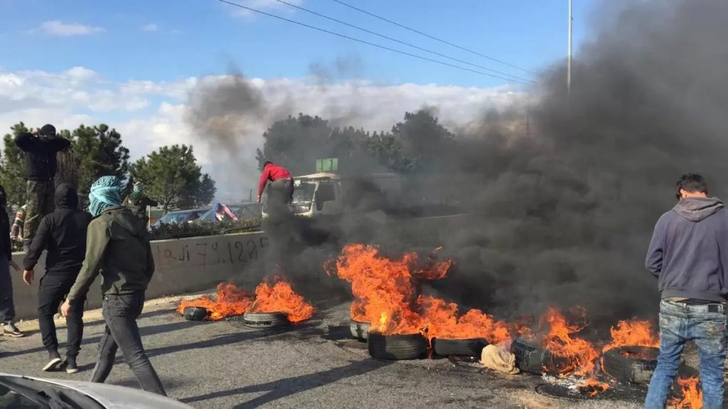 شبان قطعوا طريق رياق بعلبك احتجاجا على بالإطارات المشتعلة احتجاجا على الأزمة المعيشية وارتفاع سعر صرف الدولار