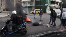 محتجون قطعوا الطريق في ساحة الشهداء بالاطارات المشتعلة