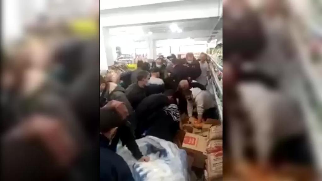 بالفيديو/ انهيار لبنان تابع.. تهافت غير مسبوق على شراء البضائع المدعومة من إحدى المتاجر الغذائية في الضاحية الجنوبية!
