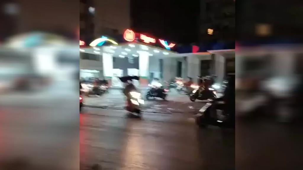 """نشطاء يتداولون فيديو..""""شُبان على دراجاتهم النارية تهجموا على عمال المحطة في المشرفية لتعبئة البنزين لدراجاتهم دون مقابل""""!"""
