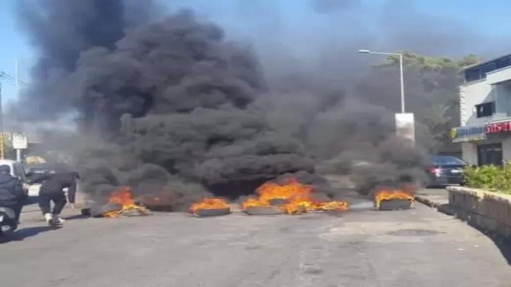 محتجون قطعوا اوتوستراد خلدة - الشويفات ومفترق دوحة عرمون بالاطارات المشتعلة مما تسبب بزحمة سير خانقة