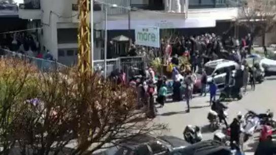 بالفيديو/ طوابير من المواطنين امام متجر في دوحة عرمون بعد نشر رسائل عن بيع أصناف مدعومة