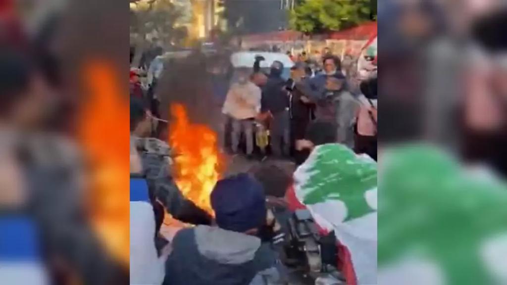 بالفيديو/ وسط مطالبات برحيل سلامة.. المحتجون أنزلوا راية مصرف لبنان وأحرقوها وداسوها بالأرجل في الحمرا