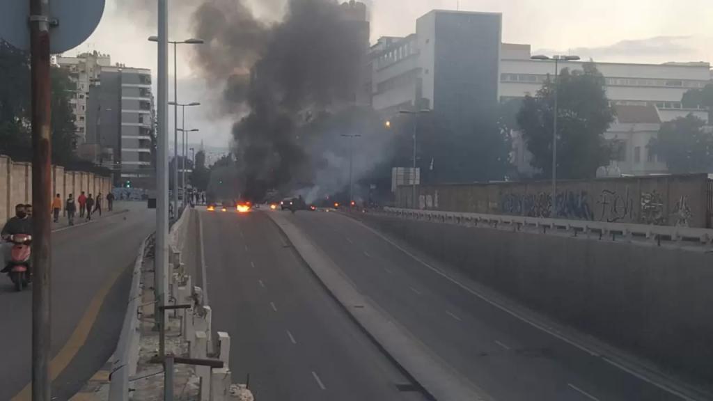الوكالة الوطنية: محتجون قطعوا طريق قصقص والكولا بالاطارات المشتعلة وحاويات النفايات