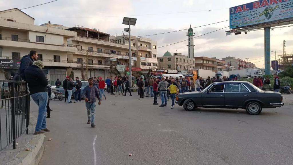 محتجون قطعوا الطريق الرئيسية عند مستديرة العبدة على المدخل الجنوبي لمحافظة عكار احتجاجا على الوضع المعيشي السيئ الذي يعيشه اللبنانيون