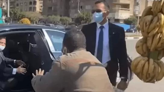 """بالفيديو/ السيسي يوقف موكبه لشراء موز من بائع في الشارع في القاهرة: """"نقي كويس"""""""