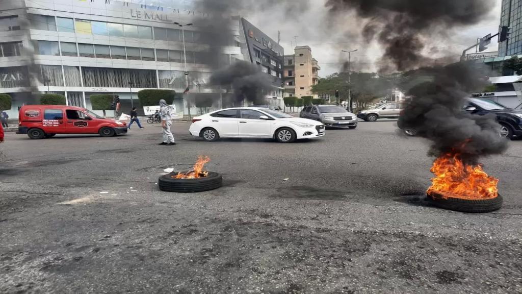 حرق الاطارات عند دوار ايليا في صيدا احتجاجاً على تردي الاوضاع