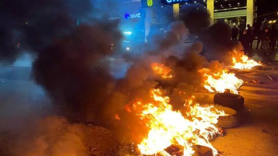 بالصور/شبان أشعلوا الاطارات في بنت جبيل صف الهوا احتجاجا على الاوضاع الاقتصادية المتردية