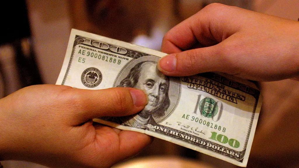 """لا سقف واضح للدولار.. مصادر لـ""""الأنباء"""": قد يصل نهاية الشهر إلى 15 ألف ليرة!"""