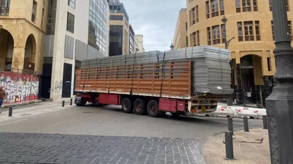 لا صحة لما يتم تداوله حول تحصين مداخل مجلس النواب بالإسمنت المصفح...تم التقاط صورة الشاحنة بينما كانت تمر من الطريق (الجديد)