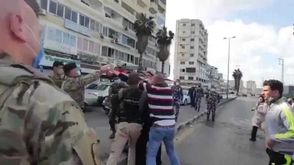 بالفيديو/ محتج حاول حرق نفسه عند مفرق العباسية