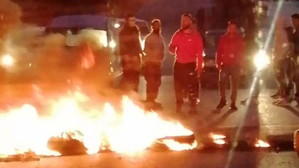 بالصور/ شبان يشعلون الإطارات على طريق حداثا إحتجاجًا على الوضع المعيشي الخانق وانهيار العملة