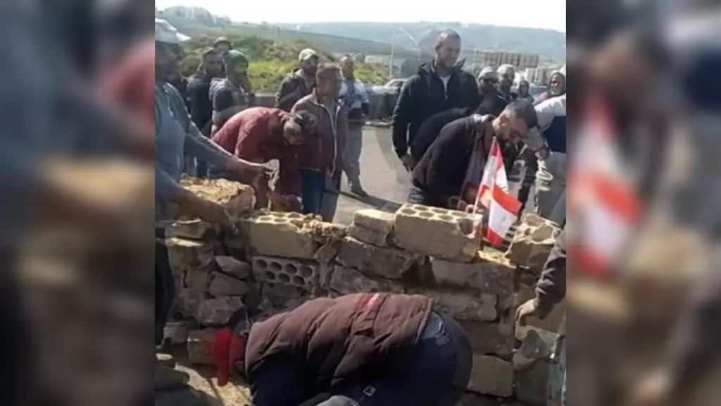 بالفيديو/ قطع أوتوستراد البالما في طرابلس بجدار من حجارة الباطون